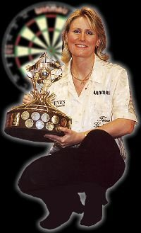 Trina Gulliver with the Ladies Winmau Masters Trophy